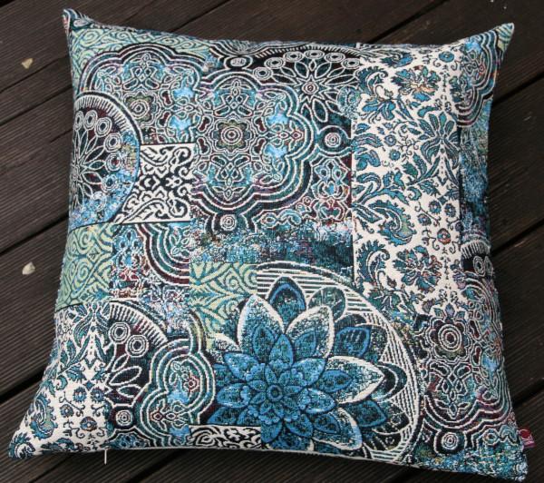 Schönes buntes strapazierfähiges Kissen im orientalischen Stil